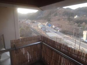 部屋の露天風呂から見た磐梯熱海温泉駅